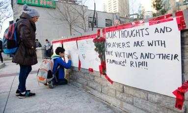 Memorial em homenagem às vítimas do atropelamento ocorrido na segunda-feira em Toronto, que deixou 10 mortos Foto: Nathan Denette / AP