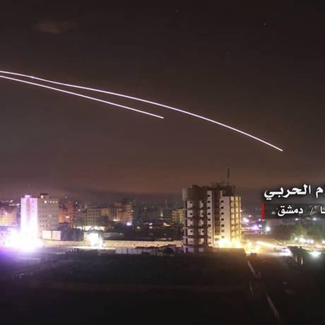 Imagem divulgada pela Central Militar Síria de Mídia mostra mísseis sobrevoando Damasco, na Síria Foto: Uncredited / AP