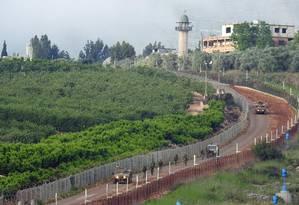 Soldados israelenses patrulham na vila de Kfar Kila, na fronteira com o Líbano Foto: KARAMALLAH DAHER / REUTERS