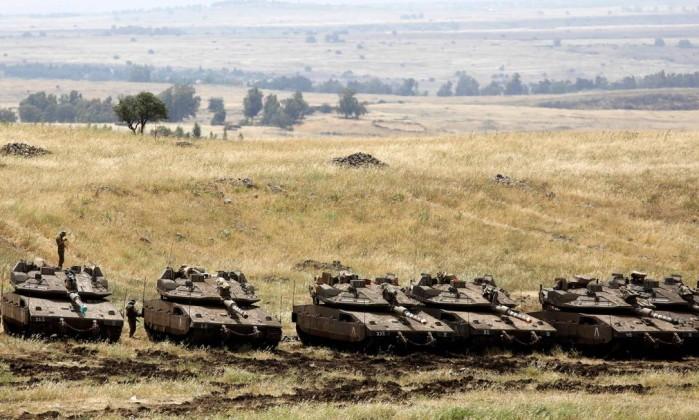 Israel vs ir conhea a posio das potncias e dos pases da tanques israelenses estacionados em regio prxima sria nas colinas de gol menahem kahana afp stopboris Images