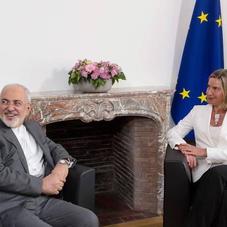 O ministro iraniano Mohammad Javad Zarif se reúne com a chefe da diplomacia da União Europeia, Federica Mogherini Foto: THIERRY MONASSE / AFP
