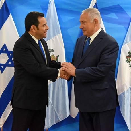 O presidente guatemalteco Jimmy Morales e o premier israelense Benjamin Netanyahu na inaguração da embaixada da Guatelama em Jerusalém Foto: DEBBIE HILL / AFP
