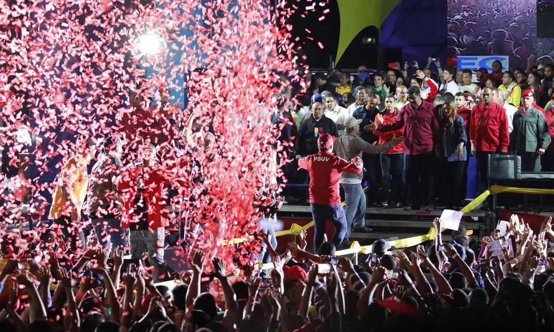 Apoiadores do presidente venezuelano Nicolás Maduro comemoram reeleição Foto: CARLOS GARCIA RAWLINS / REUTERS