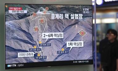 Tela de TV na estação de trem de Seul mostra mapa dos túneis da base de Punggye-ri e o local dos seis testes nucleares da coreia do Norte Foto: Ahn Young-joon / AP