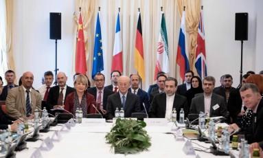Em Viena, reunião de diplomatas, funcionários da UE e vice-chanceleres dos países que ainda são signatário do acordo nuclear de 2015 com o Irã: China, França, Rússia, Alemanha e Reino Unido Foto: JOE KLAMAR / AFP