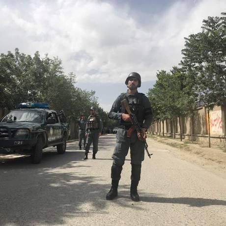 Policial afegão em guarda perto de local de ataque suicida em Cabul Foto: MOHAMMAD ISMAIL / REUTERS
