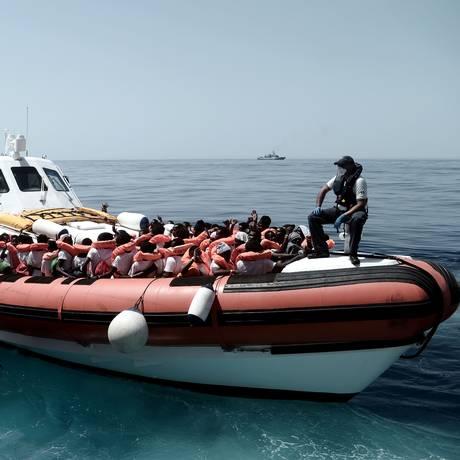 Um dos barcos que transporta migrantes que estavam no navio Aquarius em direção à Espanha, após rejeição do governo italiano Foto: KARPOV / AFP
