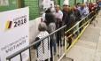 Eleitores fazem fila para votar no segundo turno do pleito presidencial, em Bogotá, o primeiro desde o acordod e paz com as Farc Foto: LUIS ROBAYO / AFP/17-6-2018