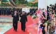 O presidente chinês, Xi Jinping, recebe o líder norte-coreano, Kim Jong-un Foto: SHEN HONG / AFP