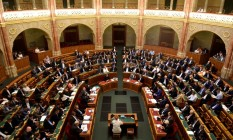Membros do Parlamento húngaro em sessão que aprovou o pacote 'Stop Soros', que criminaliza ajuda a imigrantes Foto: TAMAS KASZAS / REUTERS