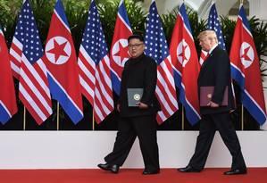 O presidente americano, Donald Trump, e o líder norte-coreano, Kim Jong-un, se encontram em Cingapura Foto: ANTHONY WALLACE / AFP