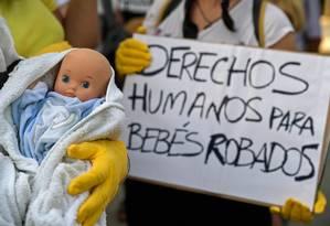 Cartaz em protesto contra sequestro de bebês durante ditadura de Franco, na Espanha, diz: 'Direitos humanos para bebês roubados' Foto: OSCAR DEL POZO / AFP