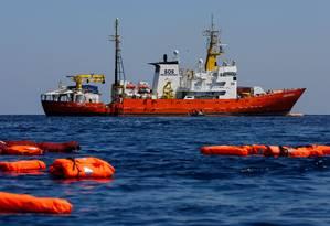 O navio Aquarius, operado pela MSF e pela SOS Mediterranée, resgata imigrantes ao longo do Mar Mediterrâneo Foto: PAU BARRENA / AFP