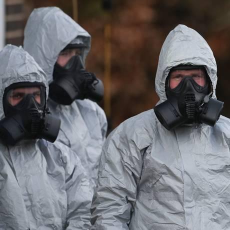 Equipe de emergência com roupas de proteção no Hospital Distrital de Salisbury Foto: DANIEL LEAL-OLIVAS / AFP