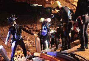 Imagem divulgada pela Marinha da Tailândia mostra mergulhadores no interior da caverna de Tham Long, onde 12 meninos de uma equipe de futebol e seu treinador estão presos há 15 dias Foto: AFP PHOTO / ROYAL THAI NAVY / AFP PHOTO / ROYAL THAI NAVY
