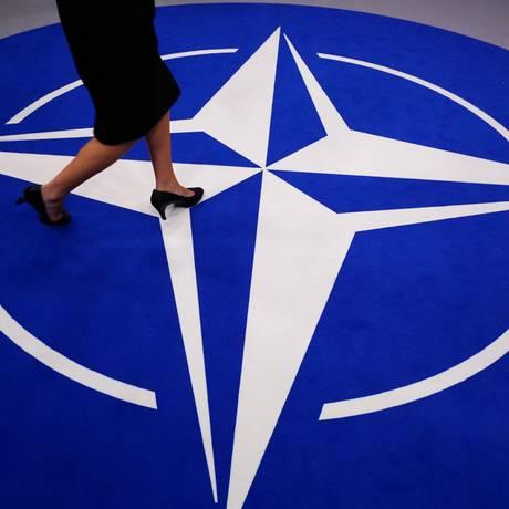Tapete com a logo da Otan Foto: GEOFFROY VAN DER HASSELT / AFP