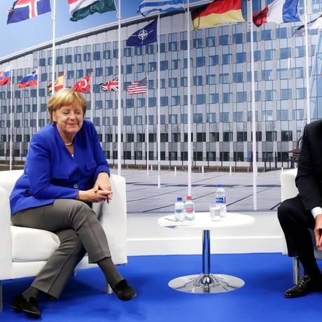 O presidente Donald Trump e a chanceler alemã, Angela Merkel, em encontro particular na cúpula da Otan Foto: KEVIN LAMARQUE / REUTERS