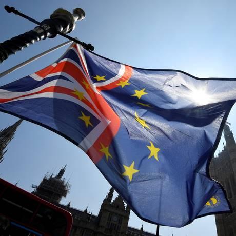Bandeira combinada do Reino Unido e da UE diante do Parlamento britânico Foto: TOBY MELVILLE / REUTERS