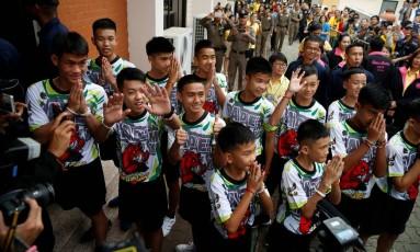 O grupo de 12 meninos e o treinador de futebol fazem primeira aparição à imprensa após receber alta do hospital Foto: SOE ZEYA TUN / REUTERS