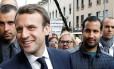 Emmanuel Macron (esq.), acompanhado do chefe de missão do governo francês, Alexandre Benalla (dir.) Foto: REGIS DUVIGNAU / REUTERS