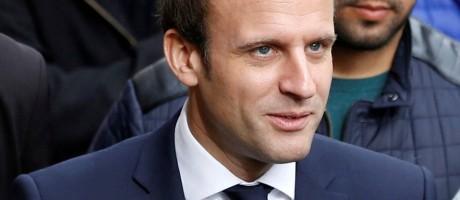 O presidente francês, Emmanuel Macron (esq.), é escoltado pelo segurança Alexandre Benalla (dir.), envolvido em caso de agressão durante manifestação em 1º de maio Foto: Regis Duvignau / REUTERS