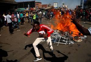 Apoiadores da oposição protestam contra uma suposta fraude nas eleições do Zimbábue Foto: SIPHIWE SIBEKO / REUTERS