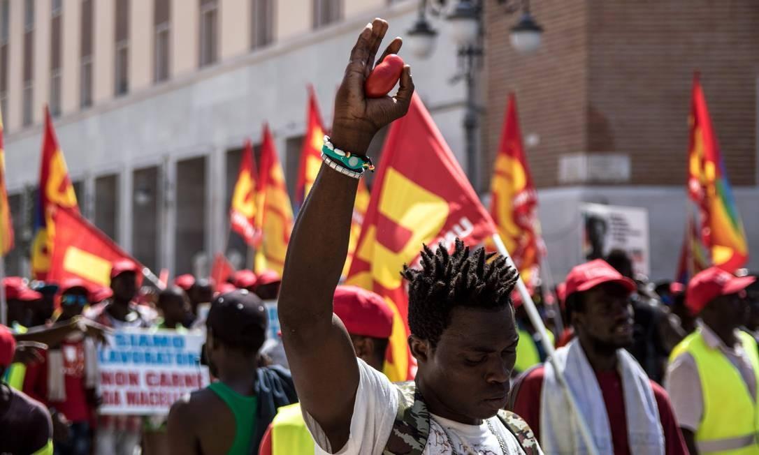 Imigrantes africanos que trabalham na colheita de tomates no sul da Itália protestam por melhores condições de trabalho Foto: ROBERTO D'AGOSTINO / AFP
