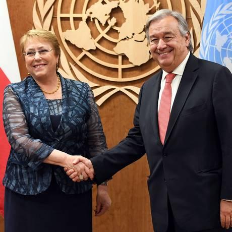 Michelle Bachellet, quando ainda era presidente do Chile,em seu primeiro encotro com Antonio Guterres, secretário geral da ONU Foto: ANGELA WEISS / AFP