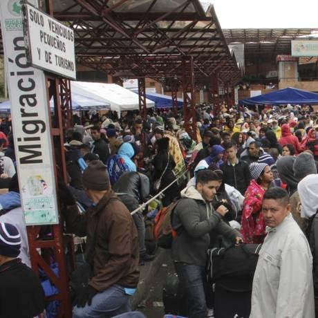 Cidadãos venezuelanos esperam para cruzar a fronteira rumo ao Equador Foto: LEONARDO CASTRO / AFP