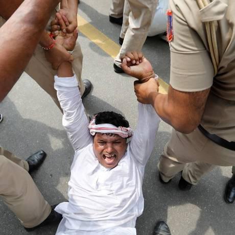 Policiais detêm um ativista da oposição na Índia, durante um protesto em Nova Déli Foto: ADNAN ABIDI/REUTERS / REUTERS