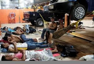 Imigrantes venezuelanos improvisam camas em oficina mecânica em Boa Vista, Roraima Foto: NACHO DOCE / REUTERS