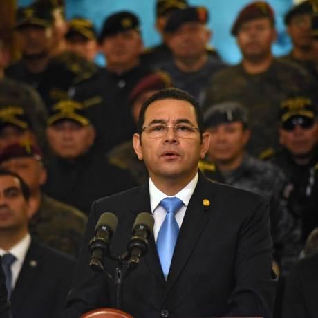 O presidente guatemalteco Jimmy Morales cercado por militares na coletiva de imprensa em que anunciou que não irá renovar o mantado da missão anticorrupção da ONU Foto: ORLANDO ESTRADA / AFP
