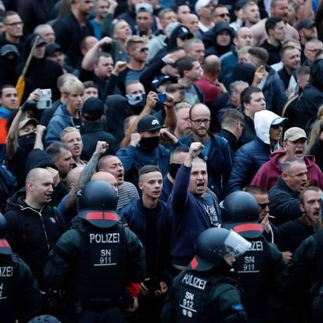 Polícia cerca manifestantes contra imigrantes depois da morte de um alemão em uma briga que envolveu refugiados; torcidas organizadas neonazistas engrossaram o movimento Foto: ODD Andersen/AFP/29-8-2018 / AFP