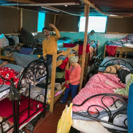 Imigrantes venezuelanas compartilham beliches no abrigo Sem Fronteiras em Lima Foto: CRIS BOURONCLE / AFP