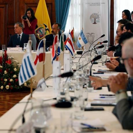 O vice-ministro de Mobilidade Humana do Equador, Santiago Chávez, conduz a reunião em Quito, com países vizinhos da Venezuela Foto: CRISTINA VEGA / AFP
