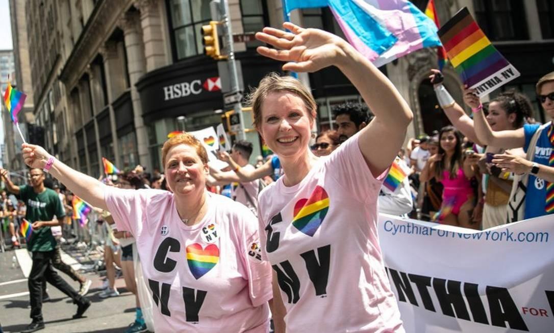 Christine Marinoni e Cynthia Nixon, na Parada do Orgulho Gay de Nova York, em junho de 2018 Foto: JEENAH MOON/NYT / NYT