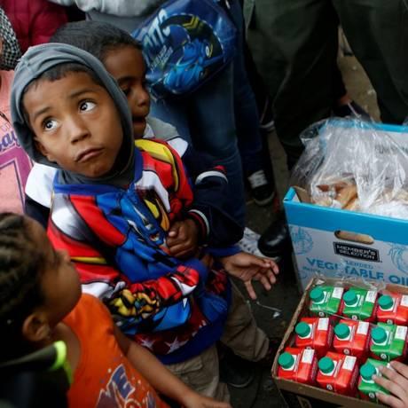 Crianças venezuelanas fazem fila para receber alimentos em campo de imigrantes na Colômbia, nesta quarta-feira, 5 de setembro Foto: LUISA GONZALEZ/Reuters / REUTERS