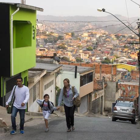 O casal de imigrantes venezuelanos Estefany e Elvis Maestre com o filho, no bairro onde moram no município de Jandira, a 30km da capital paulistana Foto: Edilson Dantas / Agência O Globo