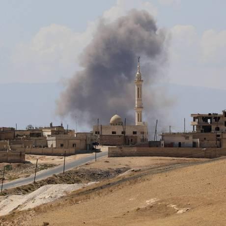 A cidade de Khan Sheikhun, na fronteira sul da província de Idlib, foi alvo de novos bombardeios neste sábado; ataques da Rússia seriam os mais violentos do último mês Foto: OMAR HAJ KADOUR/AFP / AFP