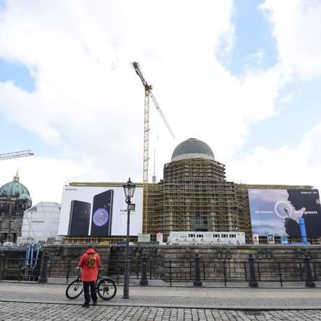 Monumento prussiano: construído no lugar em que ficava o Palácio da República do lado comunista, o novo Castelo da Cidade de Berlim é uma réplica do edifício onde morava Guilherme II Foto: TOBIAS SCHWARZ/AFP / Agência O Globo