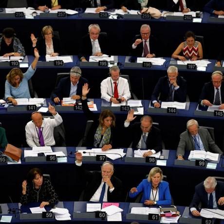 Membros do Parlamento Europeu durante a votação que decidiu aplicar sanções à Hungria por violar valores democráticos Foto: VINCENT KESSLER / REUTERS