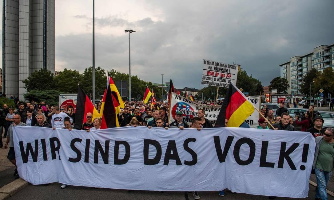 Manifestantes protestam contra imigrantes em Chemnitz, na Alemanha: crescimento do populismo ocorre tanto com a direita quanto com a esquerda, avalia Rosanvallon, para quem o fenômeno será importante neste século Foto: JOHN MACDOUGALL/AFP/7-9-2018 / AFP