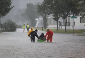 Moradores ajudam a evacuar casas em Lumberton, na Carolina do Norte Foto: RANDALL HILL / REUTERS
