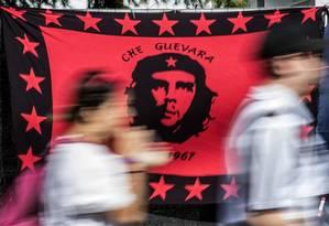 Arte com fotografia de Che Guevara criada pelo irlandês Jim Fitzpatrick Foto: CHRISTOPHE ARCHAMBAULT / AFP