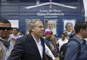 O secretário-geral da OEA, Luis Almagro, em visita a abrigo que tem recebido imigrantes venezuelanos em Cúcuta, na Colômbia Foto: SCHNEYDER MENDOZA / AFP
