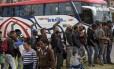 Venezuelanos esperam para receber itens de higiene em Bogotá; além de país de trânsito, Colômbia é nação que mais recebe os imigrantes Foto: RAUL ARBOLEDA/AFP/11/9/2018