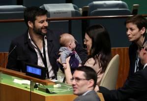 Jacinda Ardern segura o seu bebê, Neve, na Assembleia Geral da ONU em Nova York Foto: CARLO ALLEGRI / REUTERS