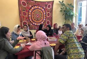 O secretário-geral da Anistia Internacional fala com mulheres refugiadas durante uma visita a um abrigo em Atenas Foto: KAROLINA TAGARIS / REUTERS-05-10-2018
