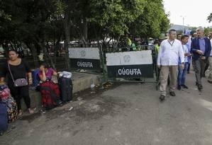 O alto comissário da ONU para os refugiados, Filippo Grandi, durante uma visita à fronteira da Venezuela com a Colômbia Foto: SCHNEYDER MENDOZA / AFP