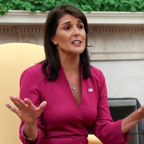 A embaixadora americana na ONU Nikki Haley no Salão Oval da Casa Branca após ser anunciada a sua renúncia Foto: JONATHAN ERNST / REUTERS